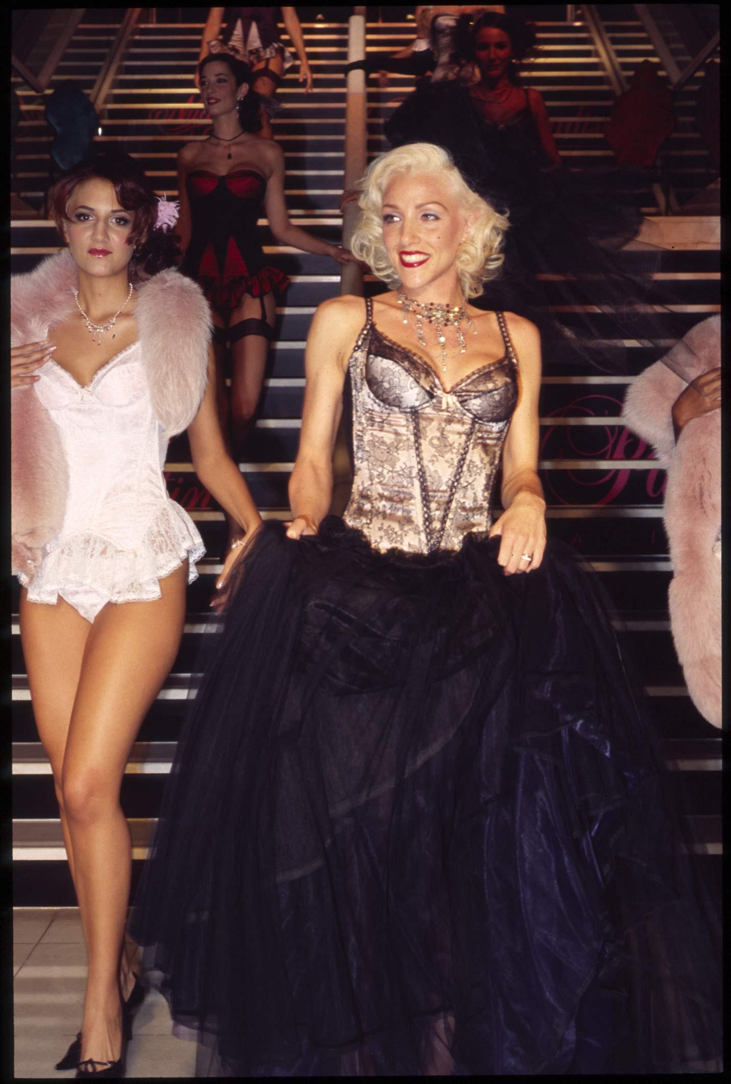 Salon de la lingerie bikini swimwear lingerie corsets for Salon international lingerie