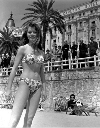 Brigitte-Bardot-at-a-beach-