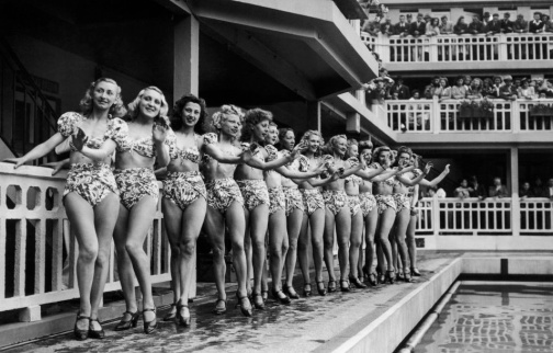 The PARIS CASINO Girls posing in group for the election of the prettiest swimmer at the Molitor swimming pool on July 5, 1946 Les Girls du CASINO DE PARIS posent en groupe à l'occasion de l'élection de la plus jolie baigneuse, à la piscine Molitor, le 5 juillet 1946.